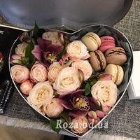 Flowers in a box with Macarons - Photo 1