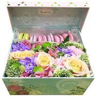 Макаруны с цветами в коробке - цветы и букеты на roza.od.ua