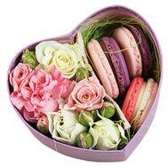 Макаруны в коробке с цветами - цветы и букеты на roza.od.ua