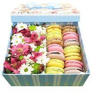 Нежные цветы с пирожными макарун - цветы и букеты на roza.od.ua