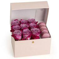 Розовые розы и макаруны - цветы и букеты на roza.od.ua
