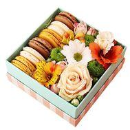 Сладкий подарок с цветами - цветы и букеты на roza.od.ua