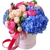 Bouquet in a box with hydrangea - flowers and bouquets on roza.od.ua
