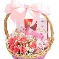 Красивая подарочная корзинка - цветы и букеты на roza.od.ua