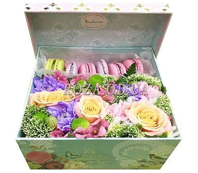 """""""Macaroons with flowers in a box"""" in the online flower shop roza.od.ua"""